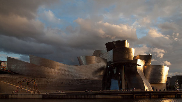 Bilbao. Modernou dominantou severošpanielskeho mesta je  Guggenheimovo múzeum.