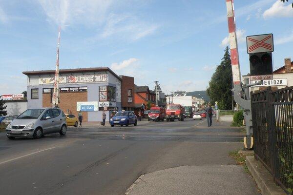 Vozidlá musia cez priecestie na Bojnickej ceste prechádzať opatrne.