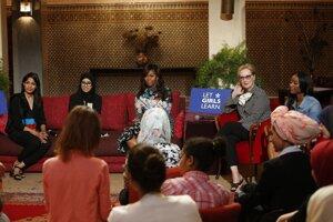 Michelle Obamová (v strede) s dcérami na stretnutí v Marrákeši. Prítomné boli aj herečky Meryl Streepová (napravo od prvej dámy USA) a Freida Pintová (naľavo).