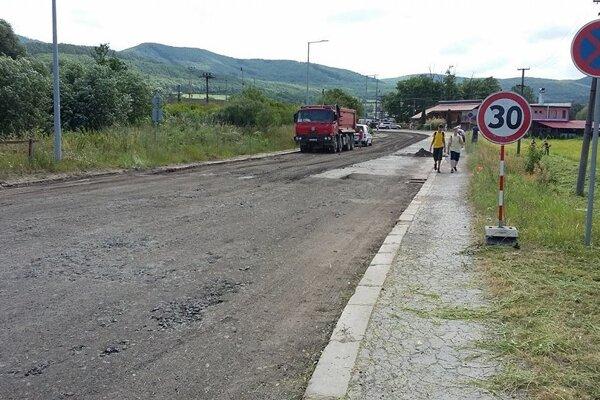 Pôvodný povrch cesty už odstránili.