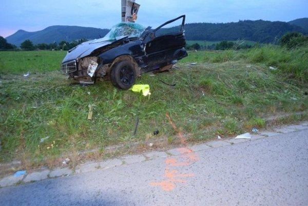 Auto pri nehode rozlomilo na dve časti.
