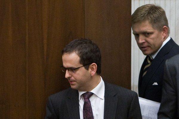 Predseda vlády Robert Fico a Robert Madej (obaja Smer-SD).