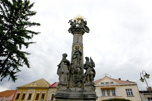 Stĺp stojí na Svätotrojičnom námestí.