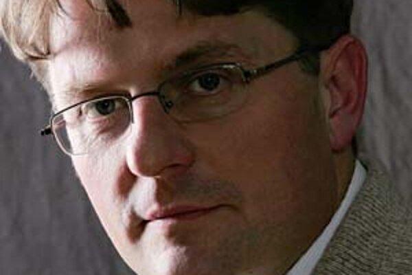 Dezső Matyi sa narodil v roku 1968 v Siklósi. Dva roky po maturite začal študovať právo, medzitým začal pracovať ako praktikant na mestskej rade, neskôr v úrade sociálneho zabezpečenia a v právnom úrade. Od jari roku 1990 je majiteľom a riaditeľom knižnéh