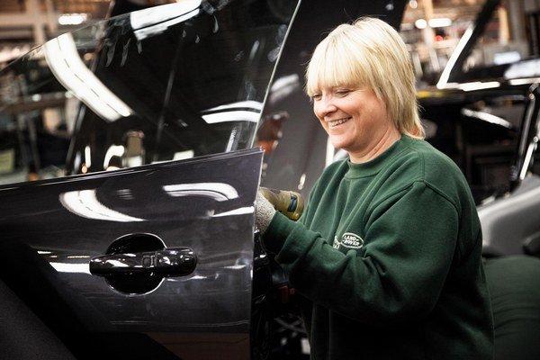 V novom závode automobilky Jaguar Land Rover na Slovensku by malo nájsť prácu asi päťtisíc ľudí.