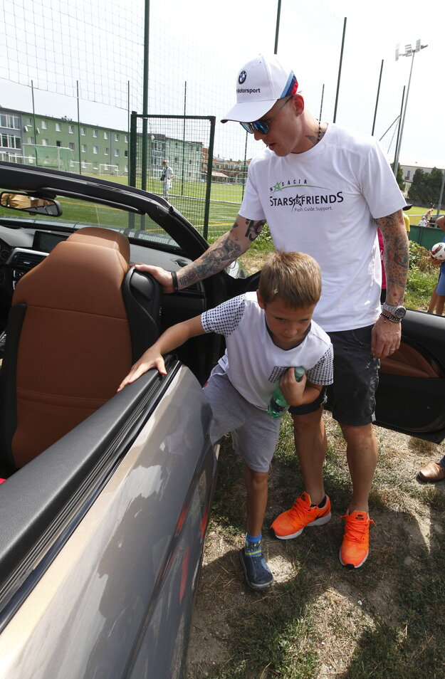 Deti sa odviezli na tréning v autách slovenských futbalistov.