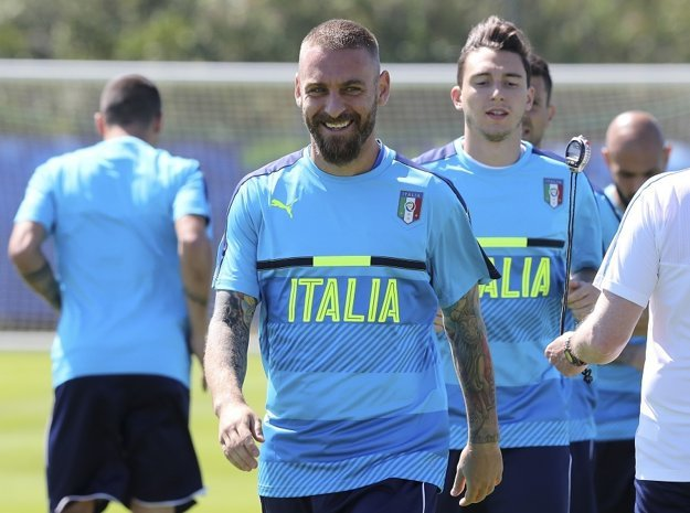 Daniele De Rossi (v strede) zrejme do dôležitého zápasu nezasiahne.