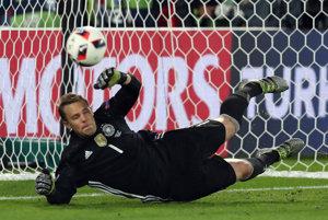 Nemecký brankár Manuel Neuer chytá jednu z talianskych penált.