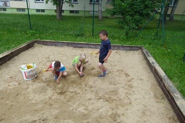 Deti museli byť pri hrách v piesku opatrné. Z rámu trčali triesky a kusy rozlámaných lát.