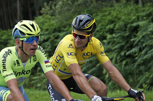 Peter Sagan v žltom drese komunikuje s tímovým kolegom Maciejom Bodnarom.