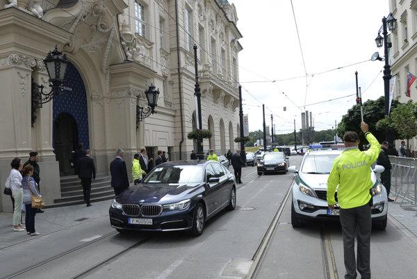 Usmerňovanie a reguláciu dopravy budú zabezpečovať hliadky dopravnej polície podľa vzniknutej dopravno-bezpečnostnej situácie.