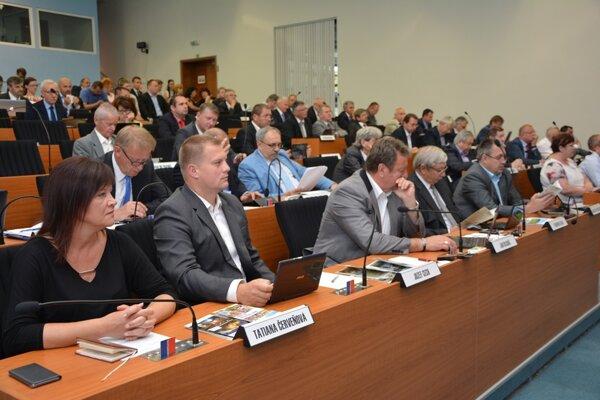Do kapitálových výdavkov vyčlenili poslanci 1,9 milióna eur, vďaka ktorým chcú zabezpečiť ďalší rozvoj regiónov.