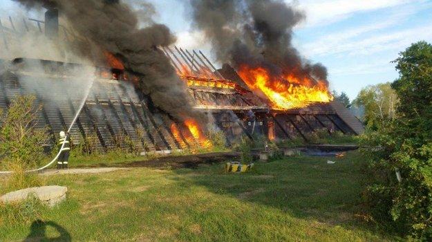 Požiar zachvátil celú kolibu.