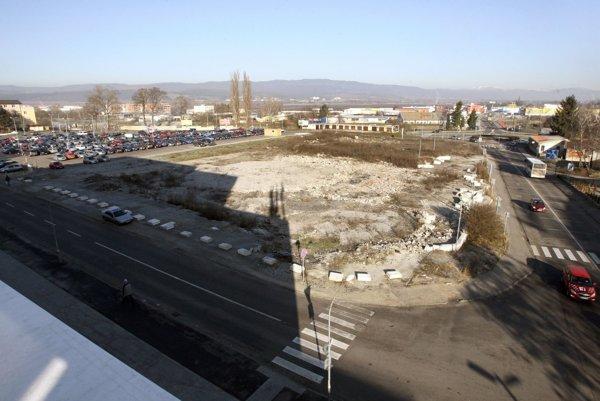 Nedostavaný pozemok leží pri vjazde do centra mesta.