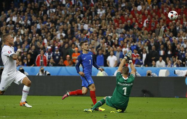 Antoine Griezmann (v strede) je najlepším strelcom Francúzska na šampionáte. Na snímke strieľa gól do siete Islandu.