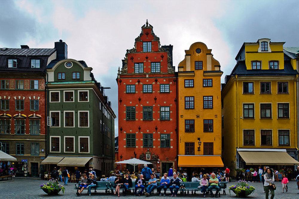 Rôznofarebné domy na námestí Stortorget (číslo 14 až 22) v historickom centre Štokholmu Gamla Stan.
