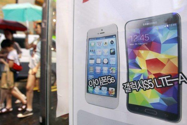 Vľavo iPhone 5s z dielne Apple a vpravo Galaxy S5 LTE-A z produkcie Samsung Electronics.