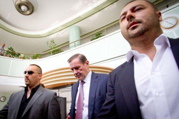 Podpredseda predstavenstva Váhostavu Juraj Široký (uprostred) odchádza z polície po výsluchu.