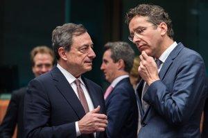 Predseda Euroskupiny a holandský minister financií Jeroen Dijsselbloem (vľavo) a prezident Európskej centrálnej banky Mario Draghi.