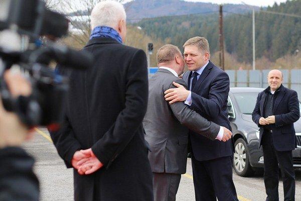 Premiér Robert Fico a podnikateľ Milan Fiľo poklepkávali základný kameň.