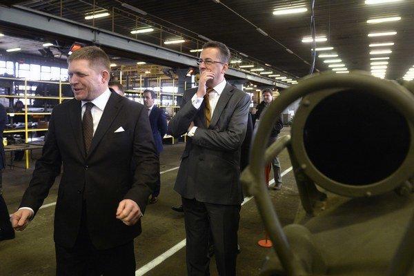Premiér Fico navštívil s ministrom Glváčom trenčiansky opravárensky podnik.