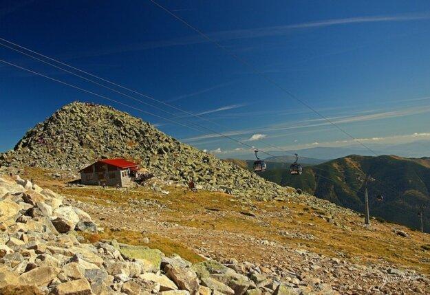 Väčšina turistov sa vyberie na Chopok lanovkou, po vlastných sa štverá na vrchol len zopár odhodlaných. FOTO – JURAJ MEŠKO.
