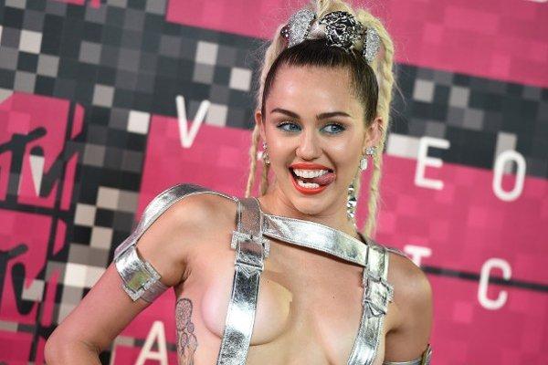 Speváčka Miley Cyrus v odvážnom kostýme