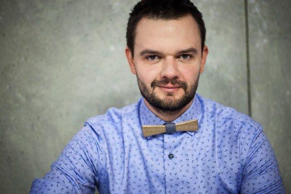 Maroš Kočišík (33) vyštudoval manažment umenia na Vysokej škole múzických umení v Bratislave. Pracoval ako predavač a vedúci v obchodoch s oblečením, dnes je módnym poradcom.