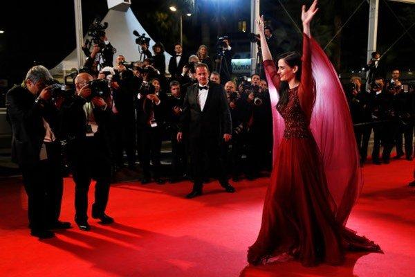 Eva Green obklopená fotografmi v Cannes
