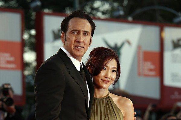 Americký herec Nicolas Cage a jeho manželka Alice Kimová  počas 70. ročníka Medzinárodného filmového festivalu v Benátkach v 2013.