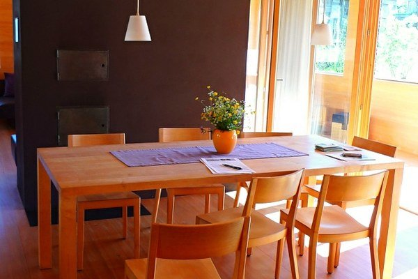 Jedáleň z prírodných materiálov prispieva k rodinnej pohode.