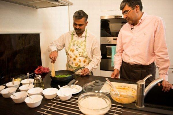 Indický veľvyslanec Rajiva Misra s rodinným šéfkuchárom Janardananom Prasadom pri príprave tradičného kurčaťa tanduri.