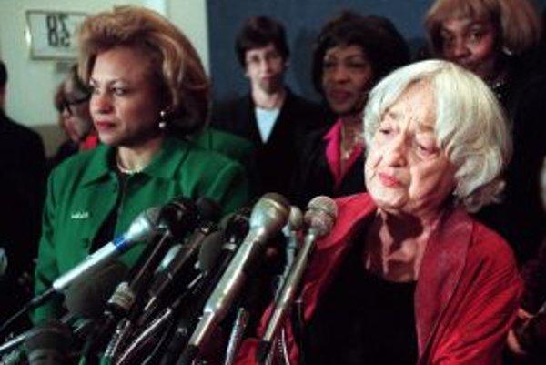 Betty Friedanová hovorí k novinárom v Národnom tlačovom klube vo Washingtone 15. decembra 1998.
