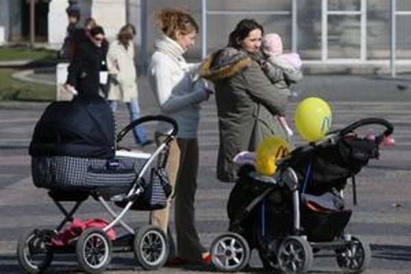 O nový rodičovský príspevok možno tento rok požiada 30tisíc rodičov.