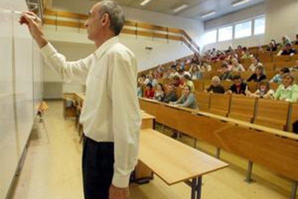 Profesori by si mali vychovávať svojich nasledovníkov. Doposiaľ sa tak dialo málokde, čo teraz ohrozuje existenciu mnohých študijných programov.