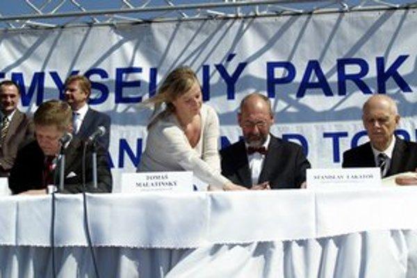 Robert Fico, minister hospodárstva Tomáš Malatinský a konateľ spoločnosti Grandwood holding Stanislav Lakatoš počas podpisu memoranda v areáli priemyselného parku Ferovo vo Vranove nad Topľou.