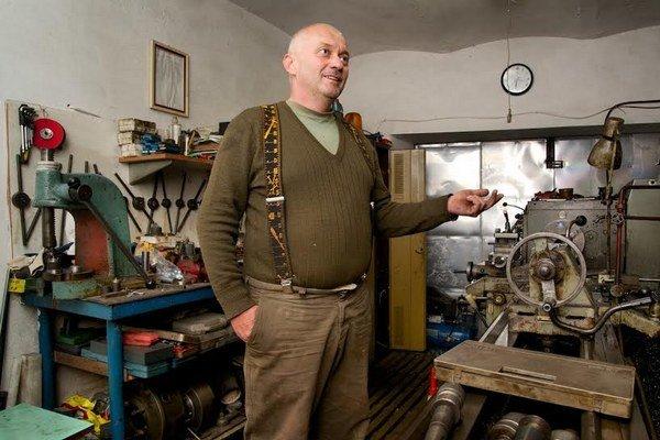 Obyvateľ obce Ondavské Matiašovce Ľubomír Durkoš v priestoroch svojej dielne.