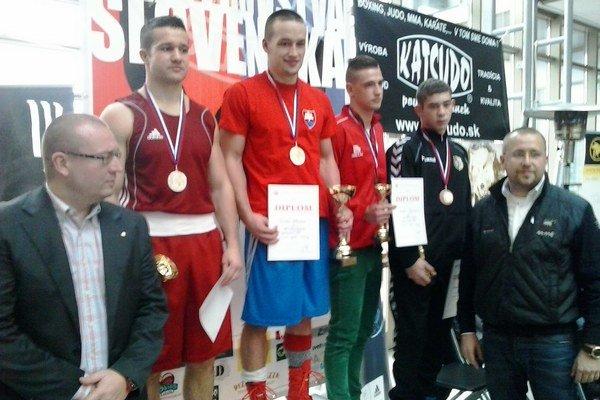 Víťaz. Jedinú zlatú medailu pre Vranov vybojoval Patrik Glezl (uprostred).
