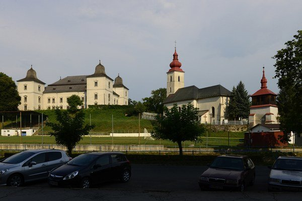 Vľavo sídlo Vlastivedného múzea, vpravo ranogotický rímskokatolícky kostol Nanebovzatia Panny Márie aj so zvonicou.