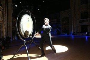 Rick Astley udiera na gong a otvára ples