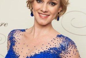Monika Hilmerová vo výraznej róbe, ktorou zažiarila ako moderátorka ročníka 2015. Šaty vytvorila návrhárka Veronika Hložníková.