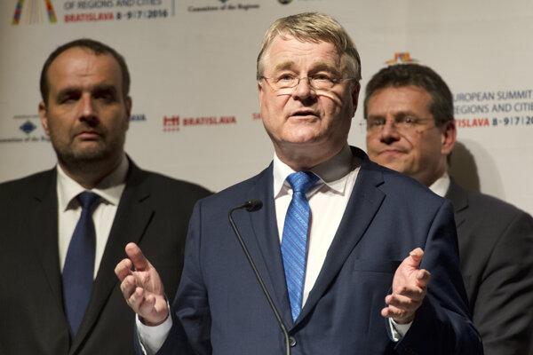 Na snímke v pozadí zľava predseda Bratislavského samosprávneho kraja Pavol Frešo, podpredseda Európskej komisie pre energetickú úniu Maroš Šefčovič a v popredí predseda Európskeho výboru regiónov Markku Markkula.
