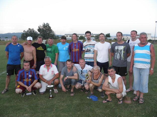 Domáci víťazi s trofejami spoločne so starostom obce Ľubomírom Krajňanským (druhý zľava v pokľaku) a dlhoročným skalným fanúšikom Petríkom Hladkým (druhý sprava v pokľaku).