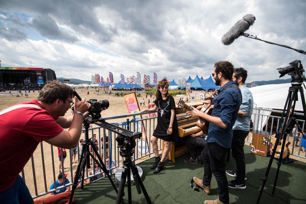 Izraelská skupina Lola Marsh zahrala po svojom príchode na festival krátky akustický koncert.