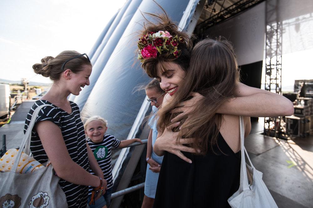 Pár minút pred koncertom prišli za Yael fanúšičky. Jednej z nich venovala pieseň.