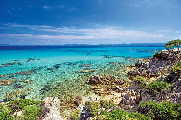 Typické sfarbenie gréckych pláží a pobrežia.