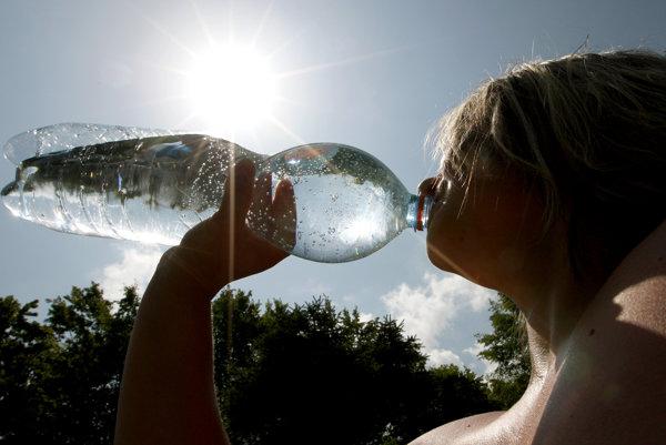 Počas horúčav treba myslieť na pitný režim.