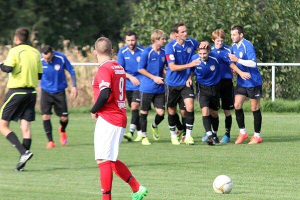 Futbalisti ŠK Báb sa radujú z postupu do piatej ligy. Oblastnú súťaž vyhrali so 16-bodovým náskokom.