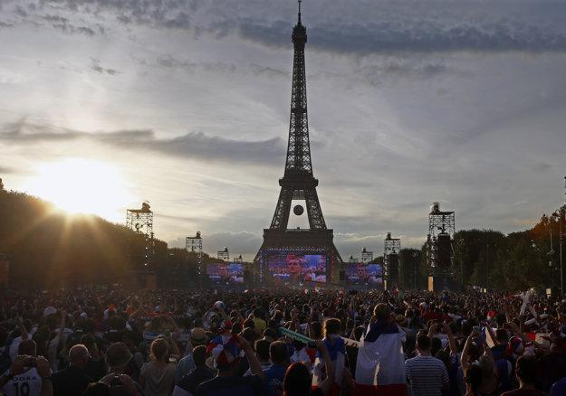 Futbal sleduje množstvo ľudí aj pred Eiffelovou vežou.