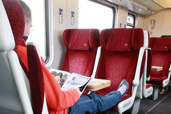 Cestujúci v prvej triede štátnych vlakov InterCity mali pohodlie.